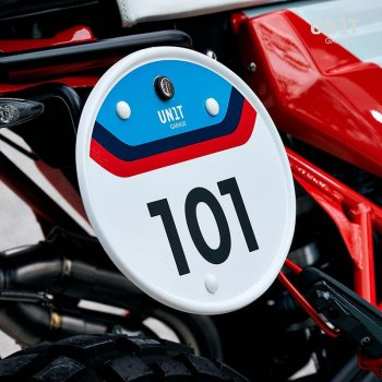 Number plate with quick release system